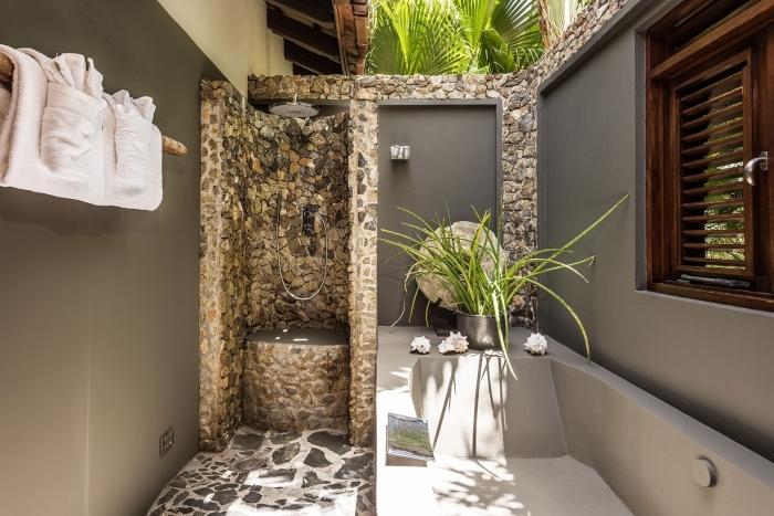 exemple d'aménagement extérieur maison avec salle de bain, modèle de salle d'eau extérieure avec baignoire et douche pluie