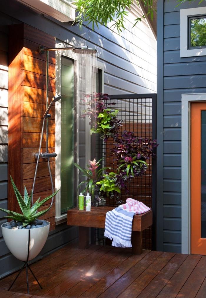 exemple aménagement de petite salle de bain extérieure avec douche pluie inox et bardage en bois marron foncé