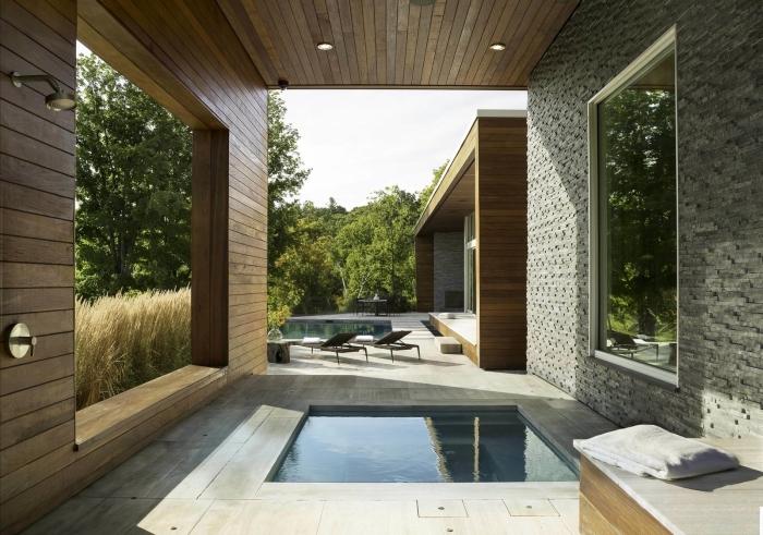 aménagement devant ou arrière maison de style contemporain avec murs en bardage bois, piscine avec douche
