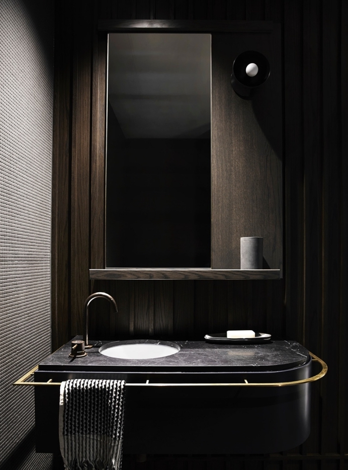 décoration intérieur tendance contemporaine aux couleurs foncées, modèle salle de bain tendance aux murs bois foncé avec lavabo noir