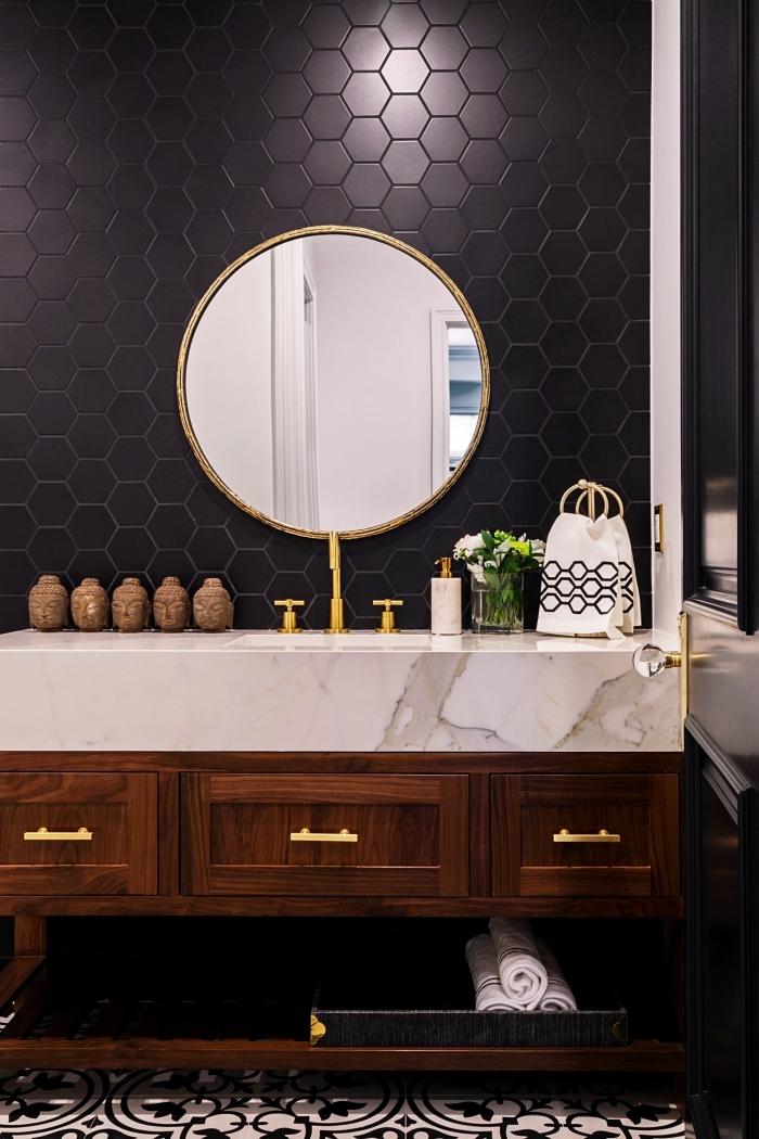 idée revêtement mural pour salle de bain avec carrelage motifs géométriques en noir, modèle meuble salle de bain bois