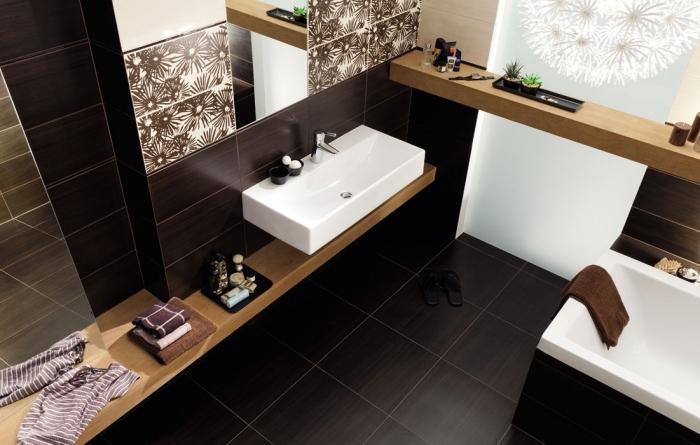 idée carrelage salle de bain blanc aux motifs fleurs en noir, décoration salle de bain en noir et blanc avec accents bois