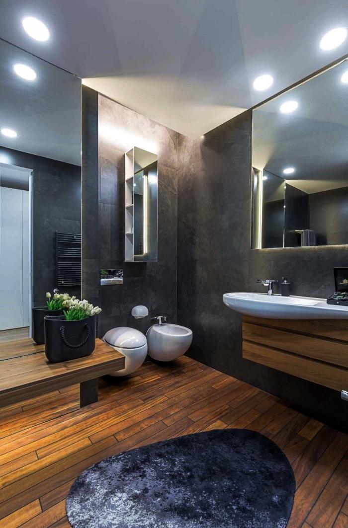 comment aménager une salle de bain moderne, idée salle de bain aux murs gris anthracite avec sol à imitation planches bois