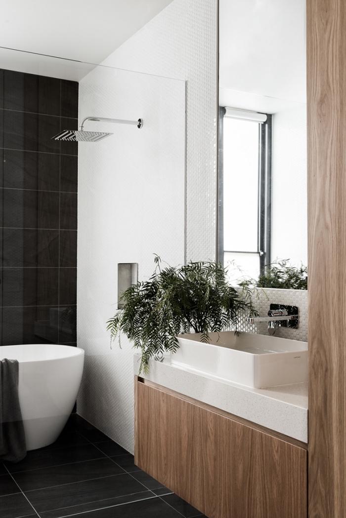 agencement salle de bain en blanc et bois avec cabine de douche et baignoire, idée carrelage salle de bain en noir