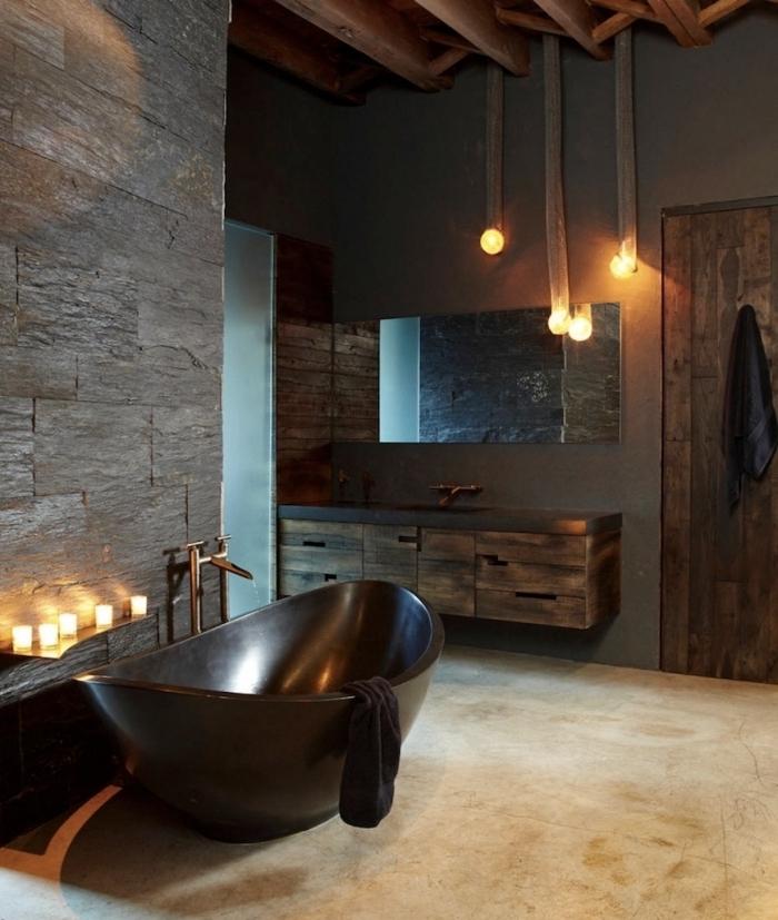 comment décorer une salle de bain aux murs gris anthracite avec plafond poutres apparentes en bois foncé et baignoire noire