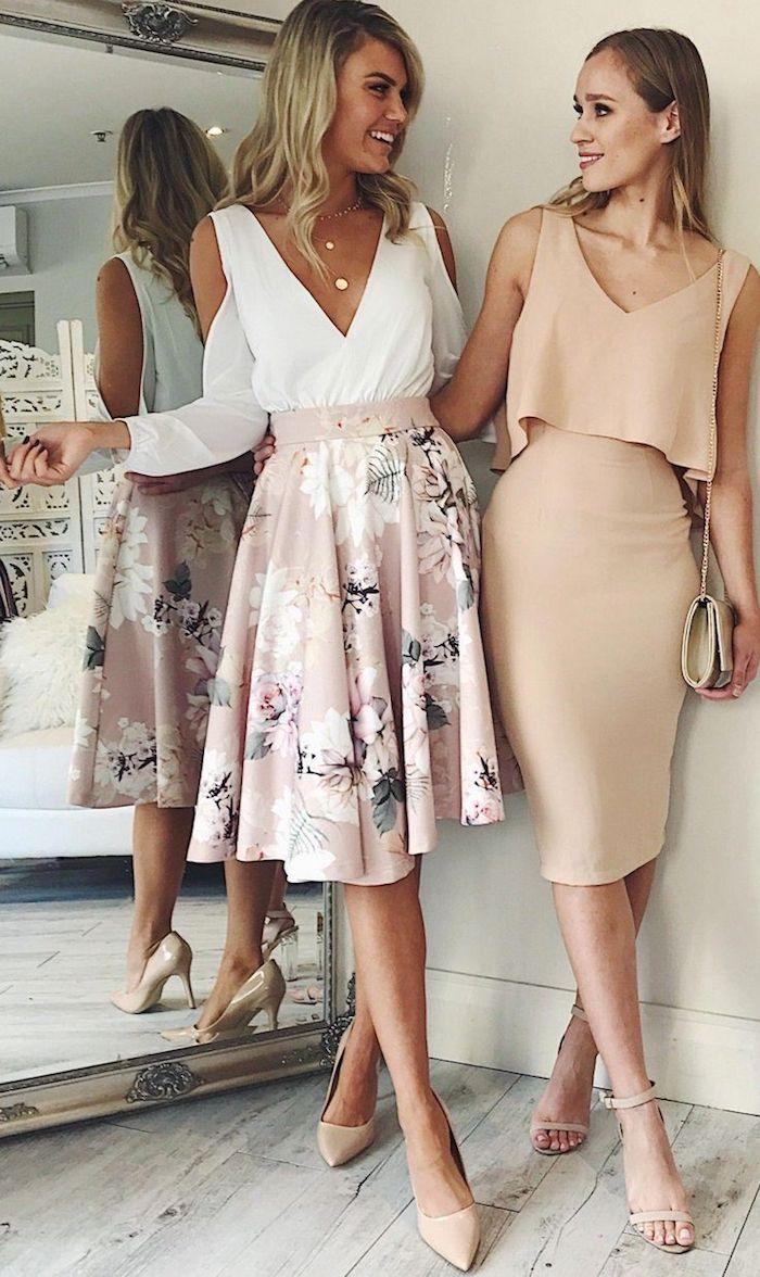 Deux amies bien habillées, robe tailleur, robe de soirée chic, tenue pour assister à un mariage