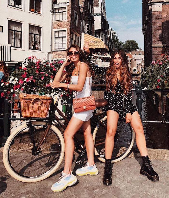 Deux amies en vacances, photo à bicyclette avec basket, style casual mais toujours stylé, tenue chic femme