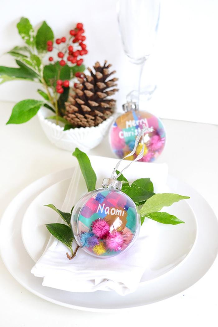 boules de noel acryliques remplies de mini pompons colorés, pommes de pin, baies rouges, moules à cupcake