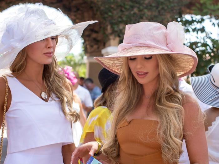 capeline femme en rose et blanc, chapeau été de cérémonie, robes élégantes, chapeau avec fleur