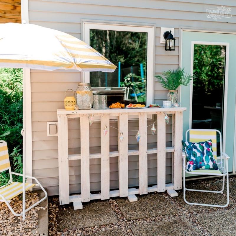 diy bar en palette déco extérieure chaise jardin guirlande lumineuse