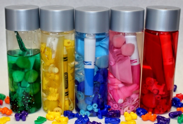 idée activité montessori à la maison, comment faire un jouet à partir de bouteille en plastique ou en verre, idée jouet bébé diy