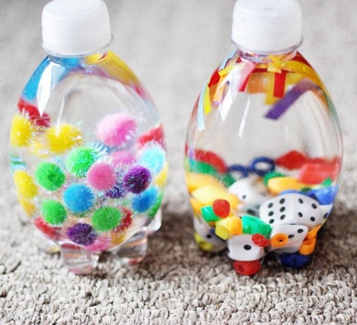 idée jouet montessori à réaliser avec les petits, modèle de petite bouteille en plastique recyclée remplie d'eau et pompons