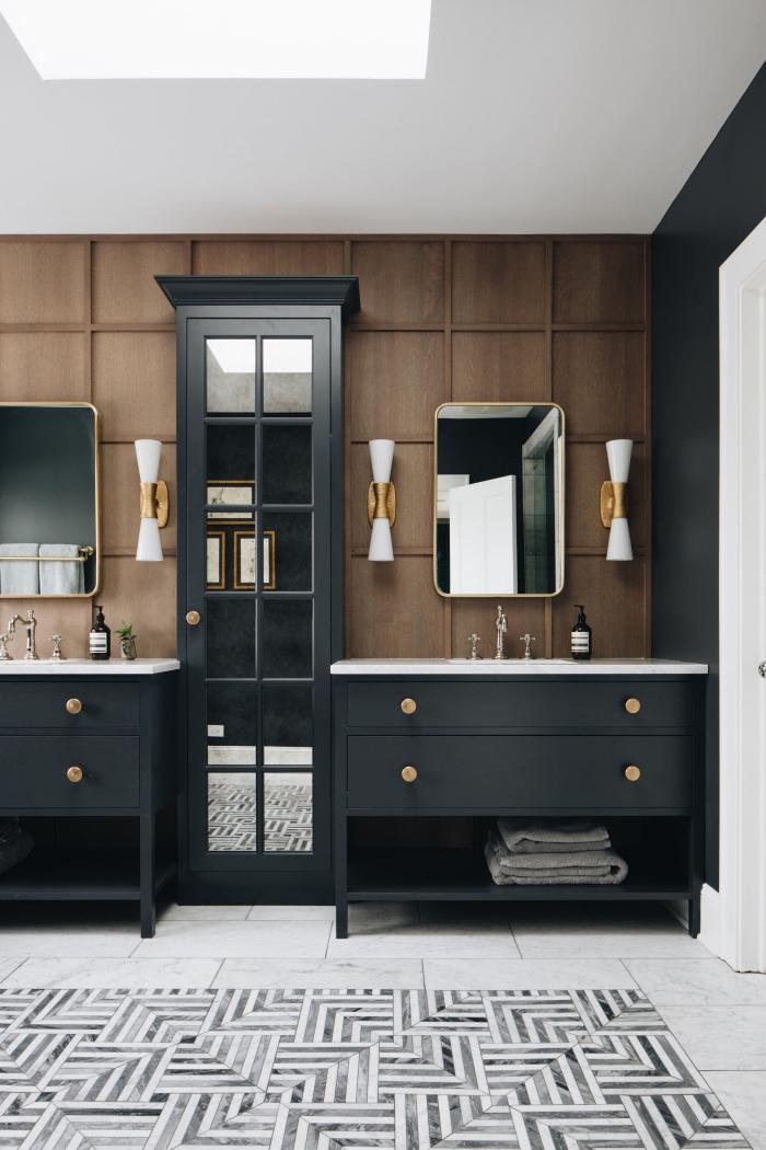 décoration salle de bain aux murs à revêtement imitation bois, idée meuble salle de bain en noir avec poignée or