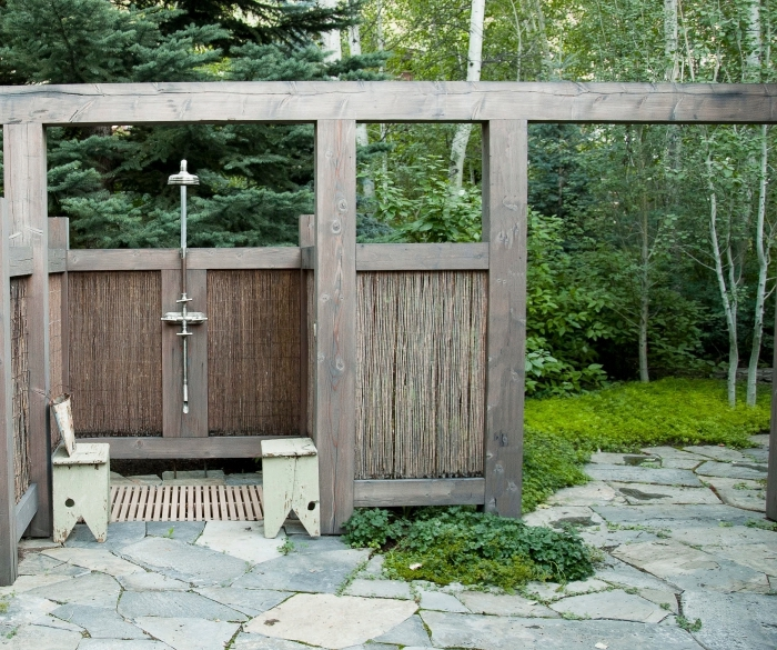 exemple comment aménager une cour arrière avec cabine de douche en bois et douche fixe en métal avec receveur de douche bois