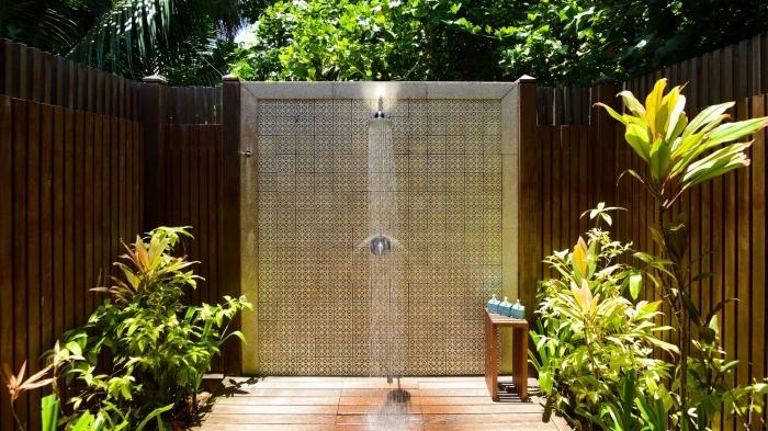 deco jardin zen avec douche pluie, comment aménager une cour arrière avec terrasse bois et douche fixé en métal