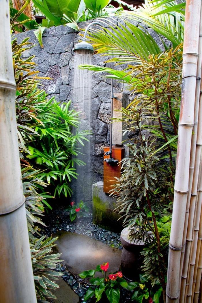 aménagement petit jardin de style japonais, design douche extérieure fixe en métal et receveur de douche en dalles et galets