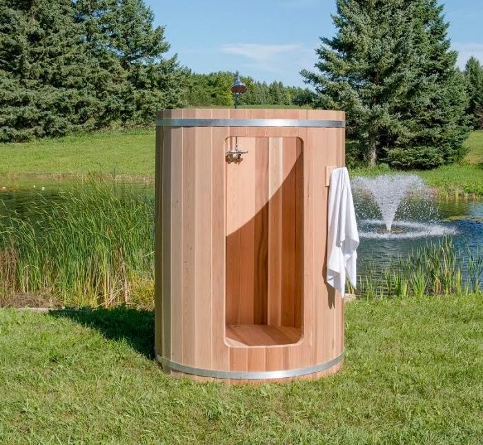idée comment aménager un jardine avec lac et arbres, décoration jardin avec cabine de douche en bois clair