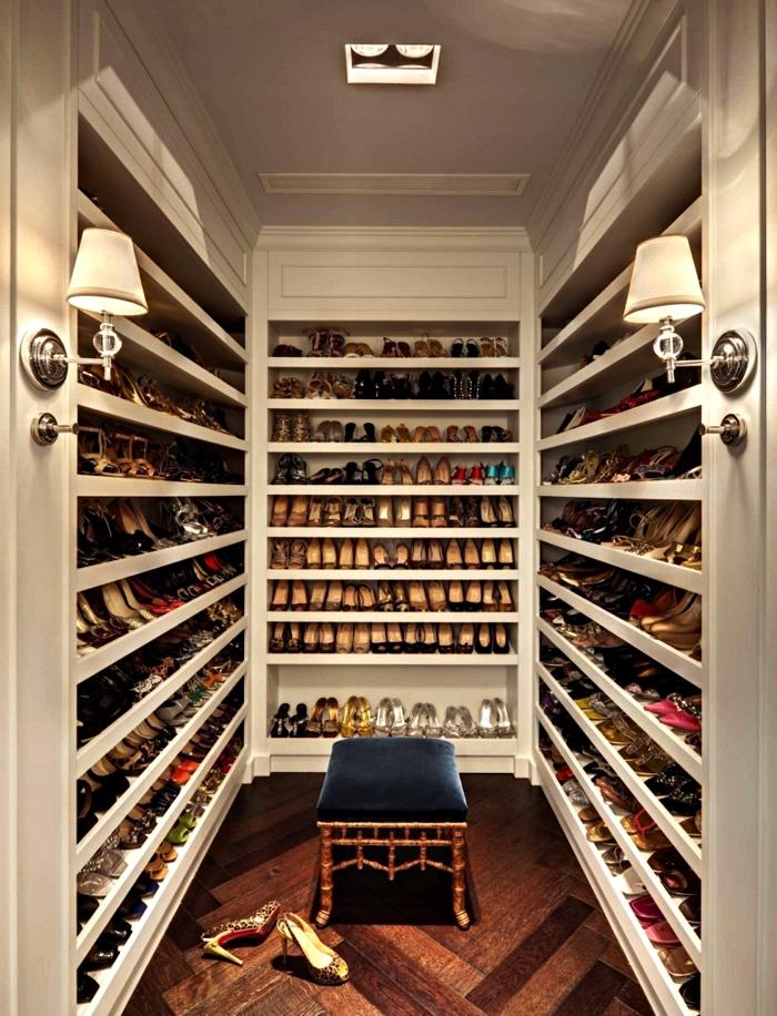 dressing à chaussures ouvert avec étagères multiples et un banc dressing en bois et velours, pièce dressing de luxe