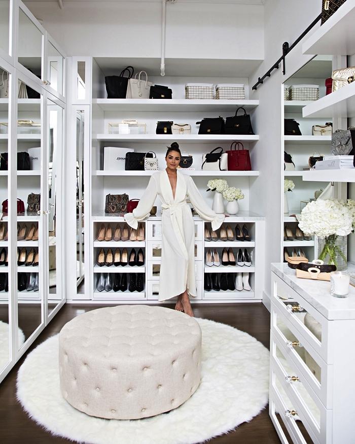 pièce dressing avec placards à portes coulissantes miroir, étagères ouvertes et des range-chaussures intégrés