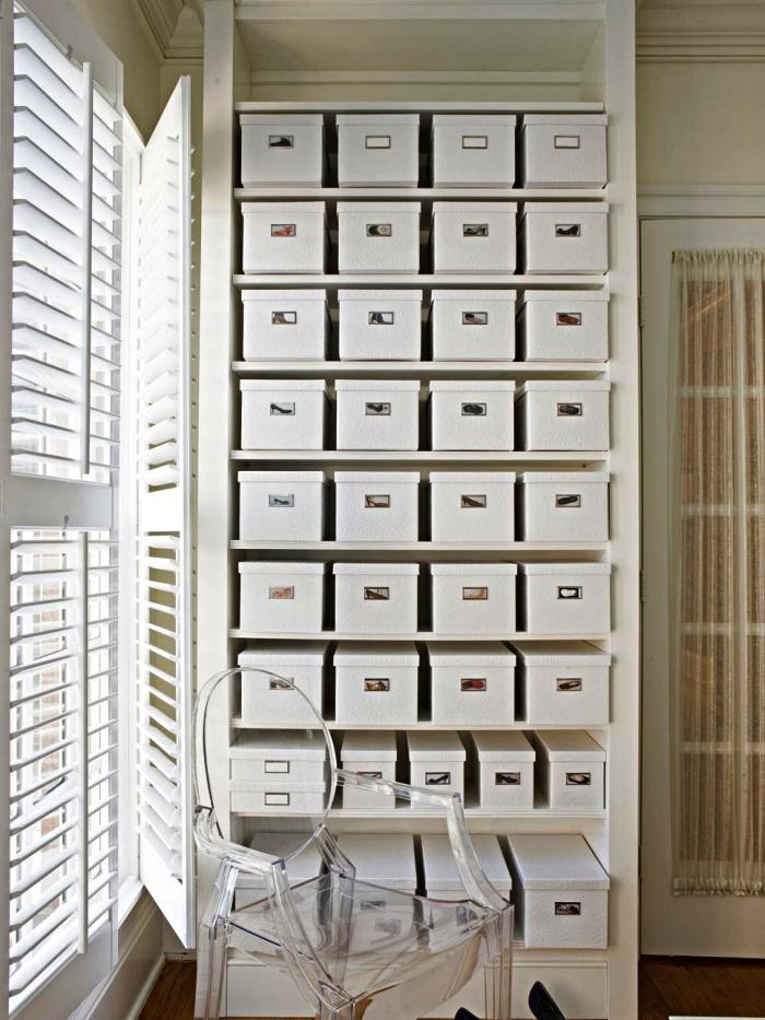 astuce rangement chaussures, boîtes à chaussures blanches avec photos pour retrouver facilement les paires