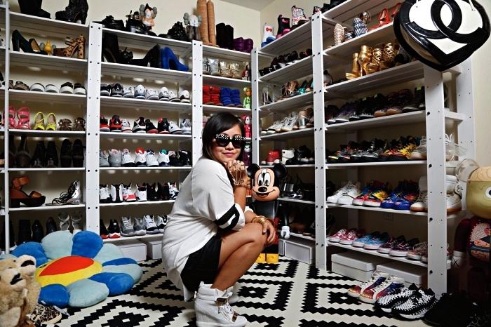 coin dressing avec des étagères à chaussures sur mesure qui occupent les deux murs, système de rangement ouvert avec des étagères