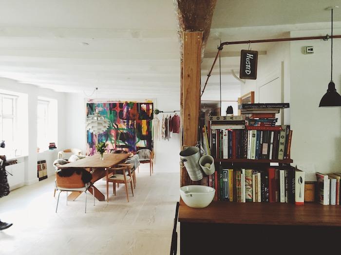 Table à manger longue, chambre boheme moderne, deco boheme chic appartement moderne, tout en une pièce