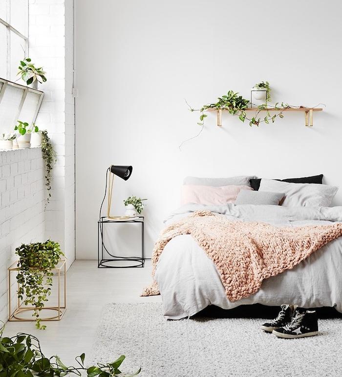 decoration chambre cocooning scandinave à motif jungle introduit par les plantes vertes, tapis gris, linge de lit rose et gris, deco chambre rose, gris et blanc