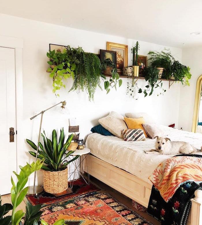 linge de lit boheme, tapis hippie chic, étagère dessus lit surchargée de végétaux verts, plante verte en cache pot tressé