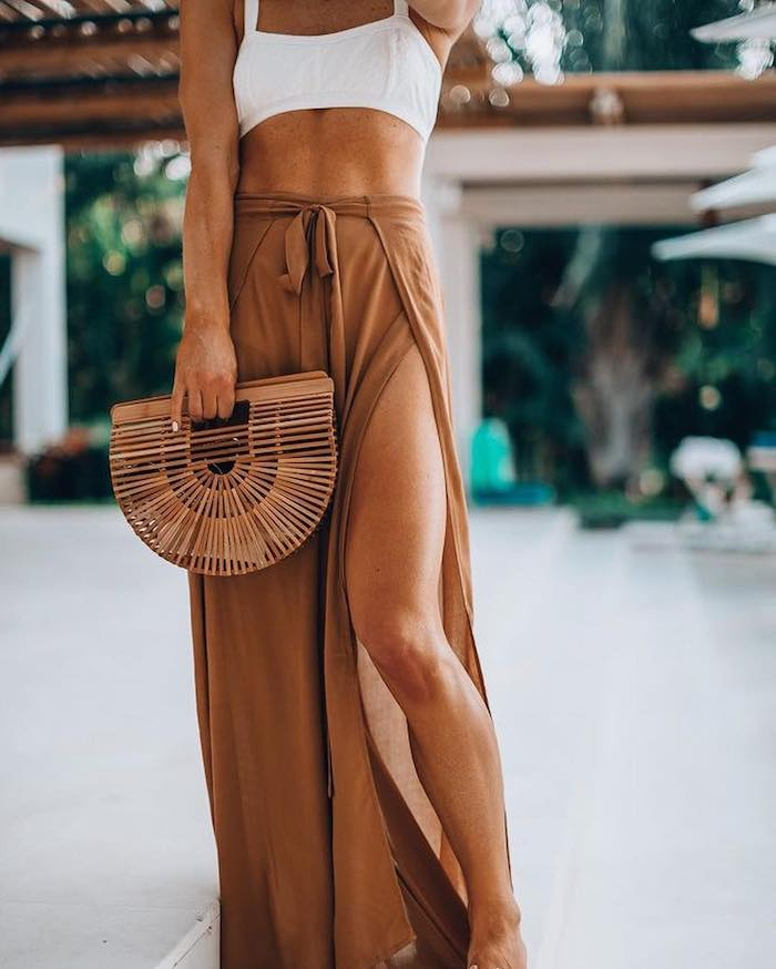 Originale jupe pantalon long fendue, top de bikini, tenue chic pour aller a la plage, casual chic femme, tenue décontractée chic femme,