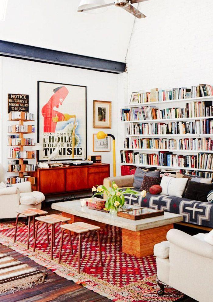 Tapis rouge et blanc fait main, deco boheme chic, tapis style berbere, décoration salon, bibliothèque de rangement avec beaucoup de livres