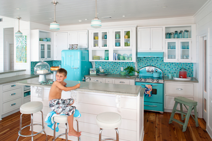 Chouette idée déco cuisine formica avec un ilot pour déjeuner et lavabo ilot central, vintage style meuble sous evier cuisine, enfant assis sur chaise haute