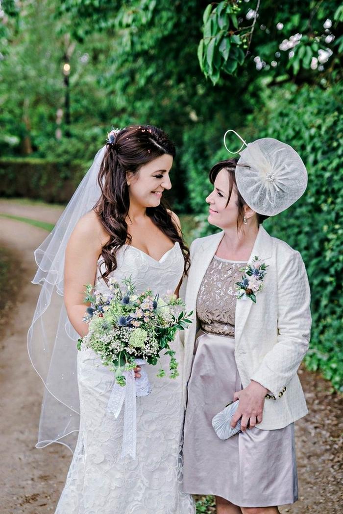 ensemble pour mère de la mariée de robe à haut en dentelle et une veste blanche assortie, tenue de cérémonie accessoirisée avec un bibi mariage