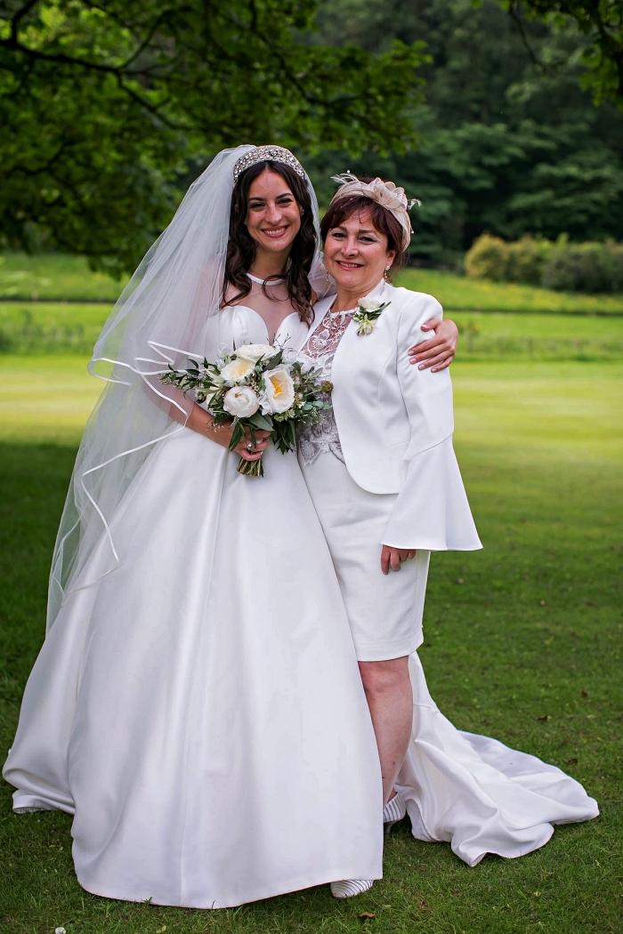 ensemble pour mère de la mariée de robe blanche longueur genou et sa veste assortie à manches évasées