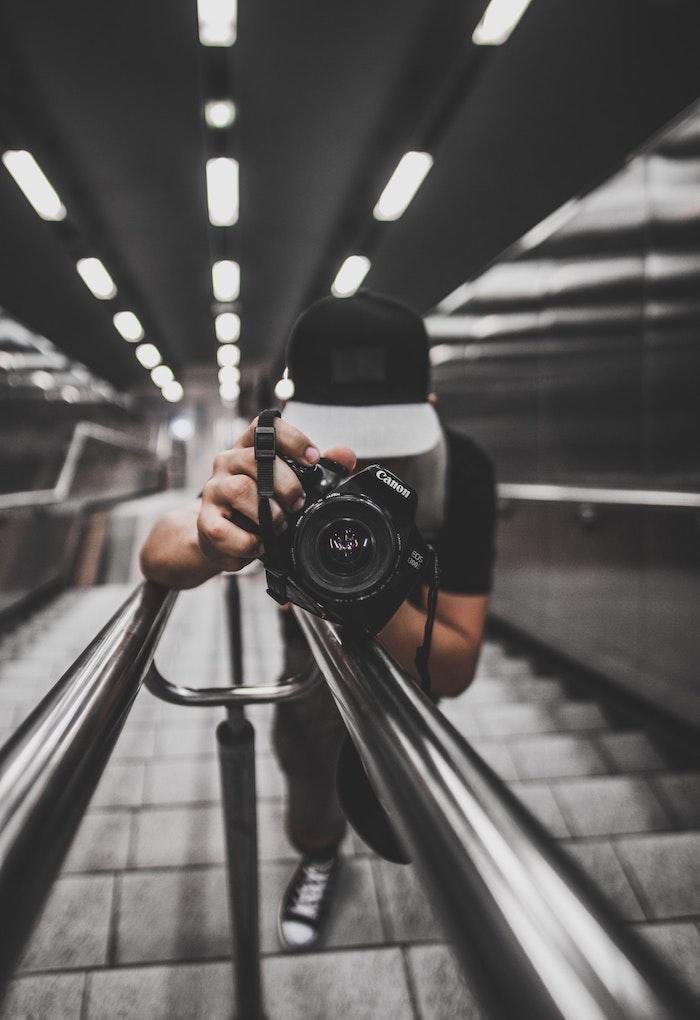 Homme sur escalier avec appareil de photo Canon, selfie en miroir, garçon swag, des photos swag noir et blanc