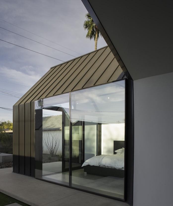 coin chambre à coucher aménagé sur une terrasse de béton avec lit, design minimaliste suggestion pour amenager une extension