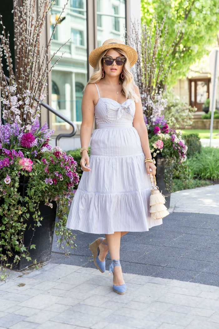 chapeau femme été, lunettes de soleil, robe longue, sac frangé, grands pots avec des fleurs