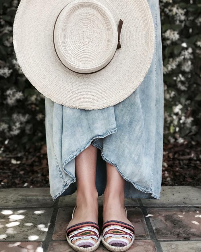 grande capeline panama, chapeau couleur claire, jupe denim bleue, espadrilles ethniques, chapeau été femme