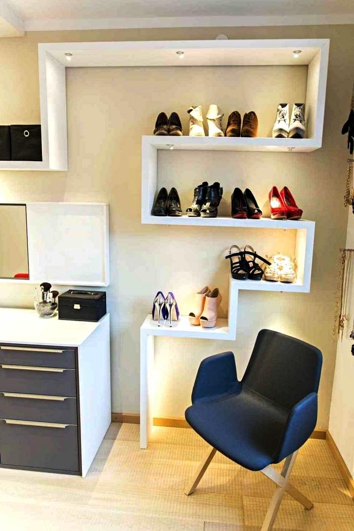 système de rangement ouvert avec étagères à chaussures posées à niveaux différents, etagere a chaussure murale avec éclairage led