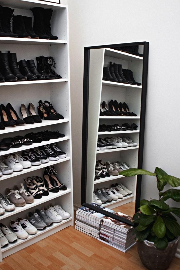 aménager un dressing dans l'angle de la pièce avec armoire a chaussure ouverte et un grand miroir adossé au mur