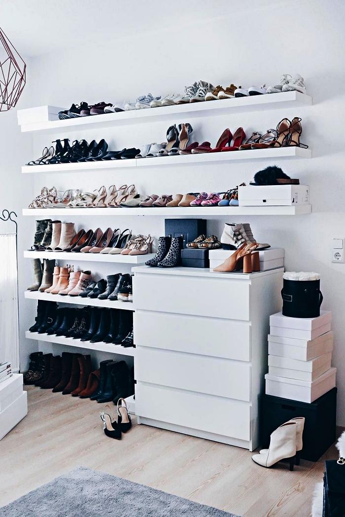 aménager un coin dressing avec des étagères murales et un petit meuble de rangement pour chaussures
