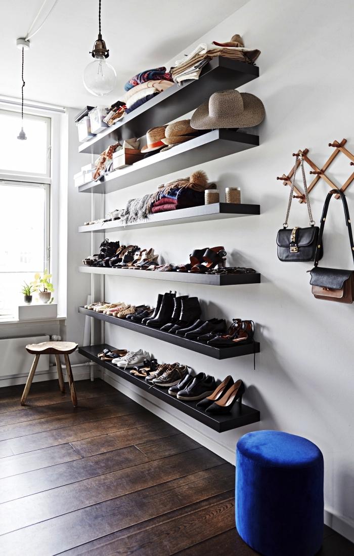 coin dressing avec etagere de rangement pour les chaussures et les accessoires, étagères murales qui font office de dressing chaussures ouvert