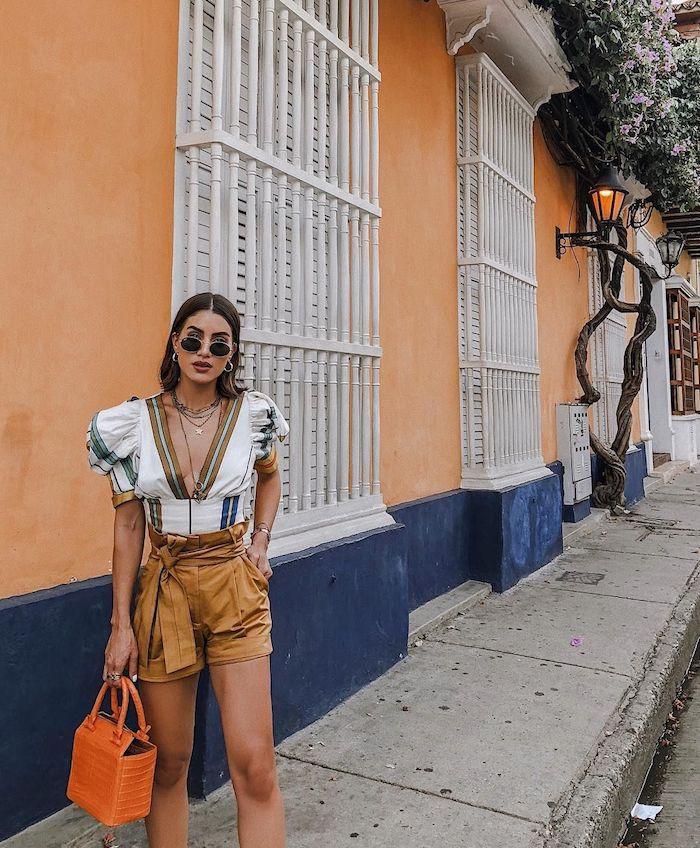 Casual mode de vacances bohème chic, tenue décontractée chic femme avec pantalon court et top a grand decoletage, photo tenue de jour