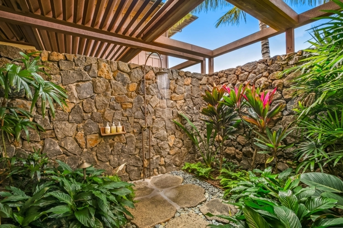 design extérieur de style zen avec matériaux naturels et plantes, déco salle de bain extérieure avec douche métal