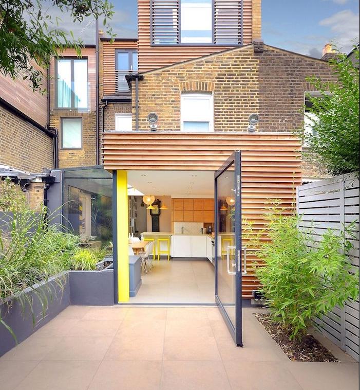 cuisine ouverte sur salle à manger pour profiter d une extension en bois contemporaine, meuble cuisine bas blanc et meubles hauts bois, ouverture verrière