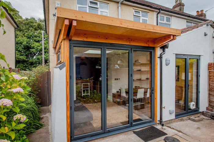 petit prolongement d une maison traditionnelle avec des baies vitrées et toiture de bois, agrandir la surface habitable maison, accueillir une salle à manger salon