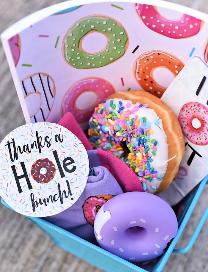 remerciement maîtresse, cadeau gourmand avec beignet, chaussettes, cahier à motif donut, idee de cadeau fait main