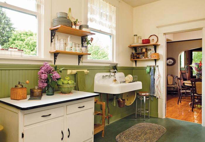 Rustique cuisine campagne chic, comment adopter le style vintage dans la cuisine vert et blanc, étagères en bois