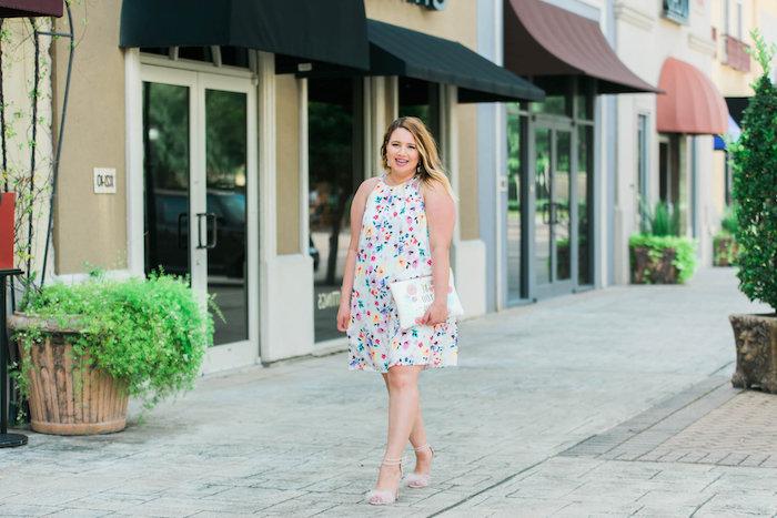 imprimé floral sur robe blanche fluide pour l été, comment s habiller quand on est ronde