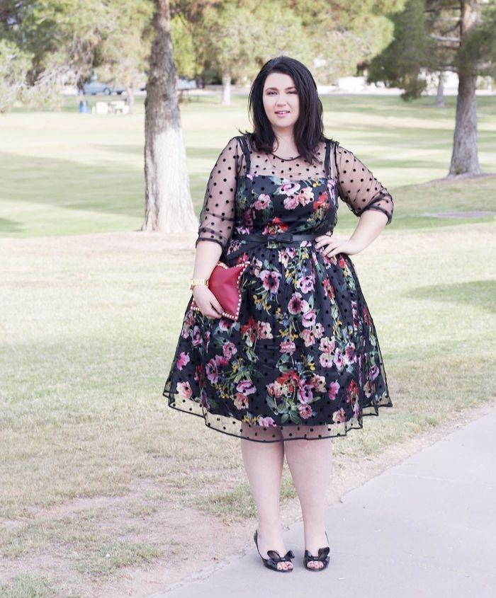 idée de tenue femme robe noire à imprimé fleuri et manches transparentes, tenue habillée pour mariage chic