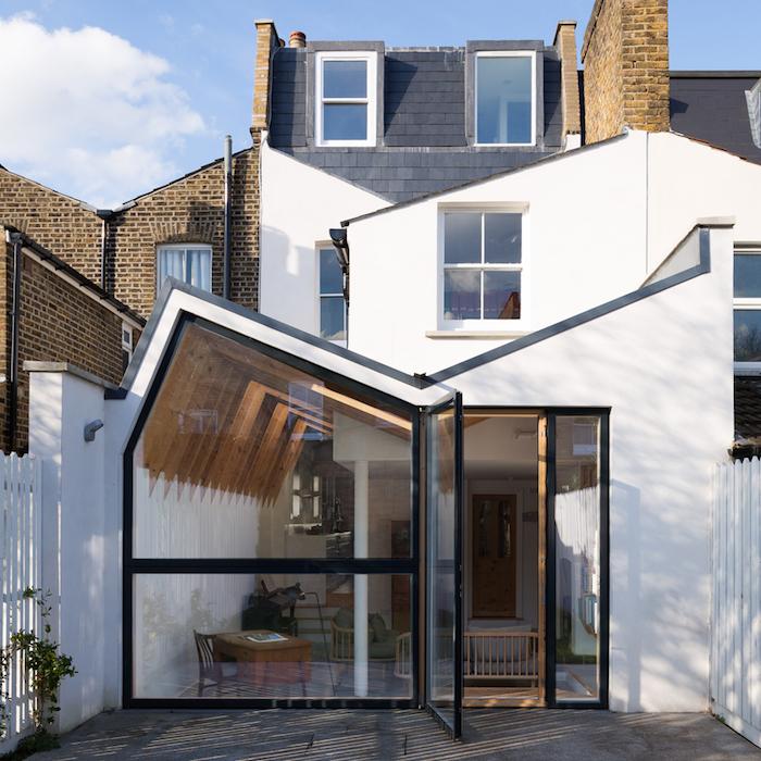 architecture moderne ou comment amenager une extension originale avec toiture bois, coin bureau et coin salon et verrières extérieures